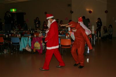 プレゼントをたくさん!持って、サンタクロースさんとトナイカイさんが登場!