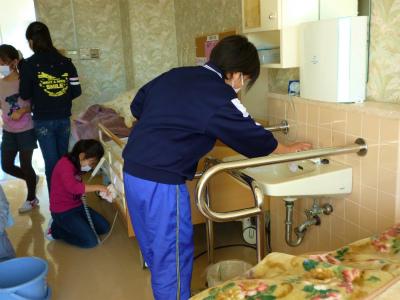 今日は洗面台や床などの大そうじ。普段気 がつかな いところもしっかりね。